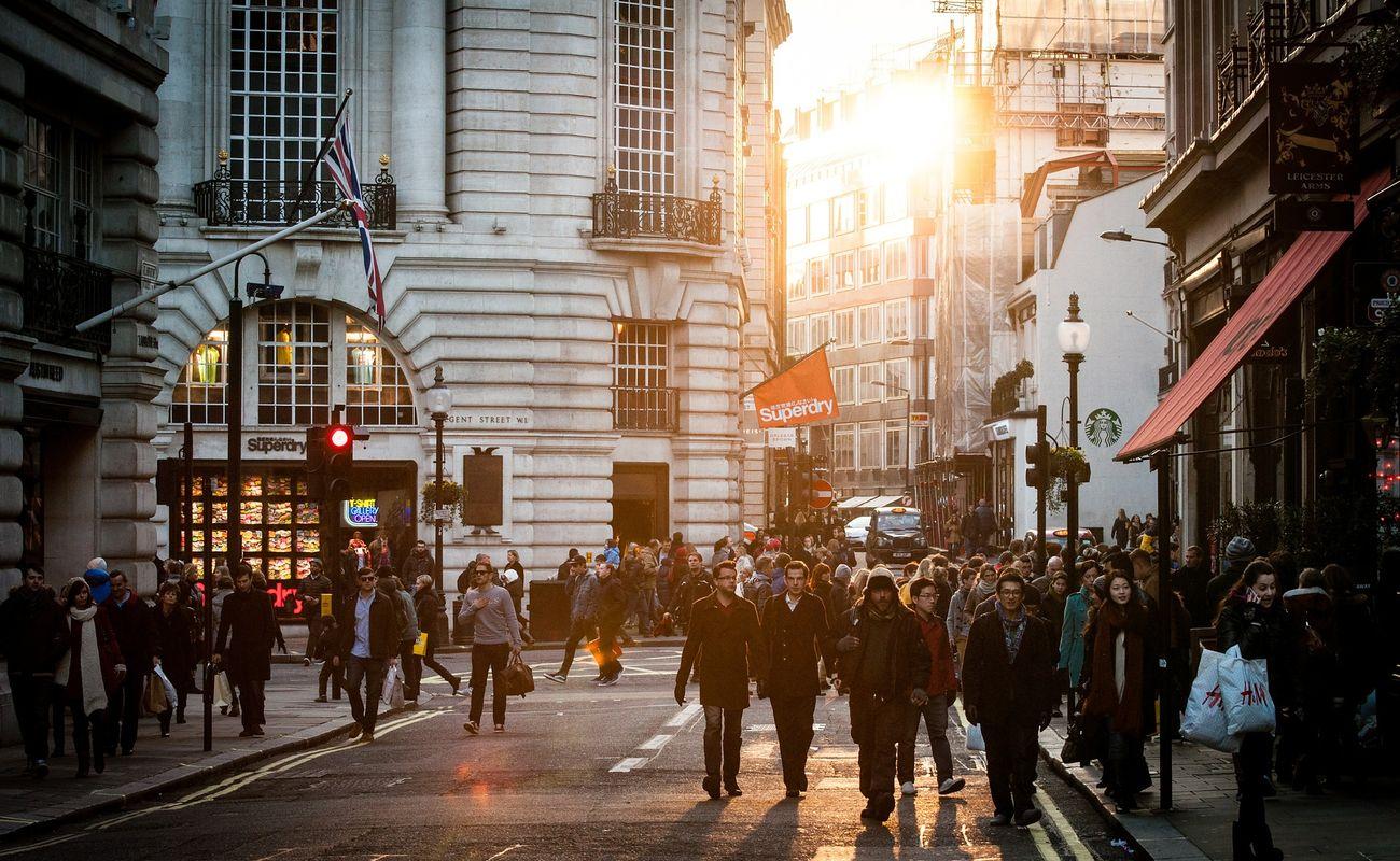 Ludzie idący przez miasto