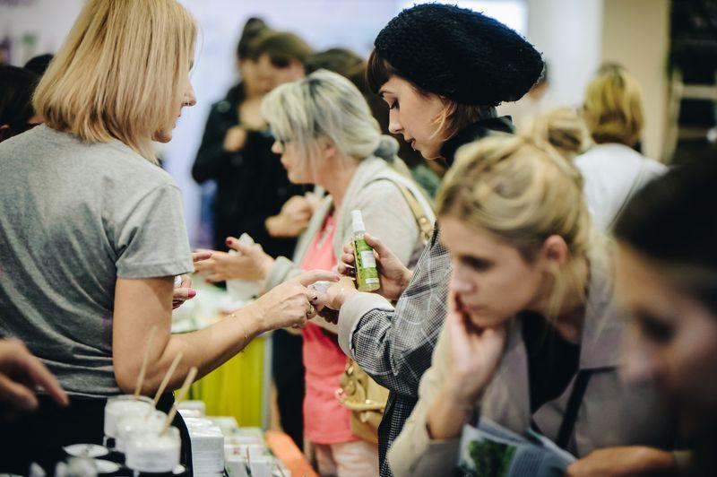 Kobiety pokazujące produkty podczas wydarzenia Kiermash: Lato na Hali