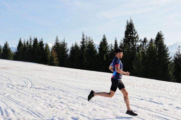 Szymon Makuch biegnie ma Islandii