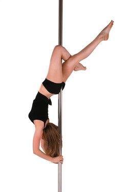 Dziewczyna tańcząca pole-dance jako obrazek do jednej z propozycji na wieczór panieński