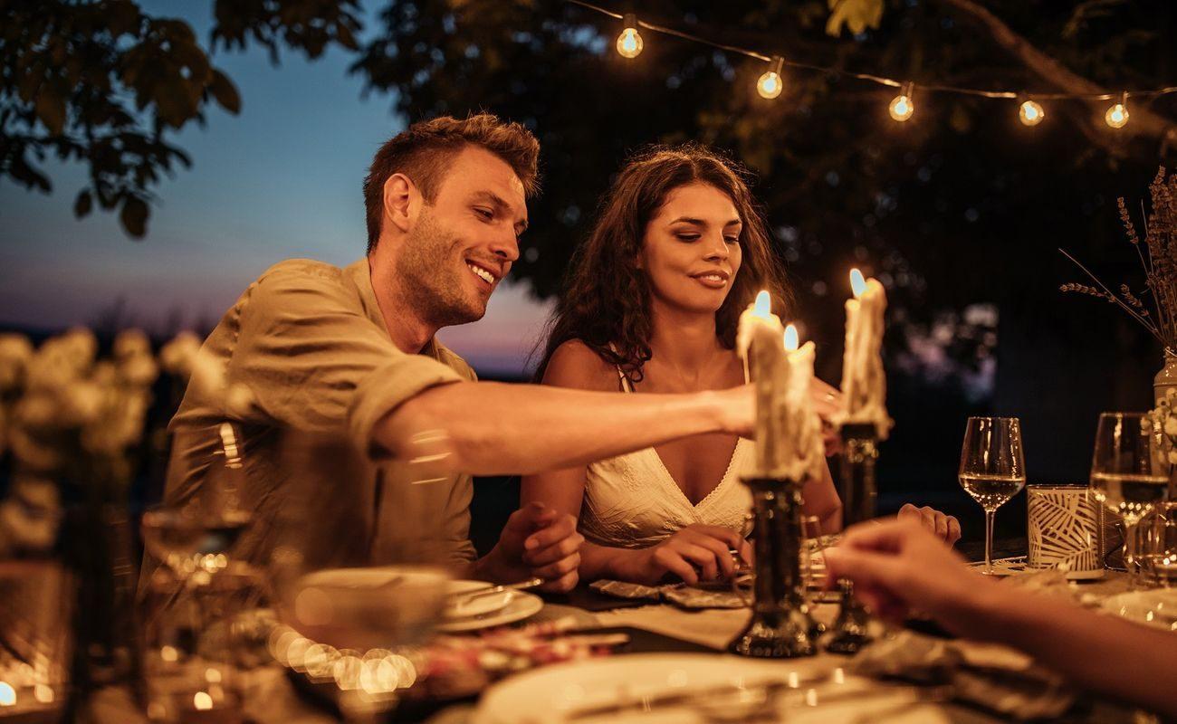 Przyjęcie zaręczynowe nie musi odbyć się tuż po zaręczynach, jednak najlepiej zorganizować je do miesiąca po tym wydarzeniu