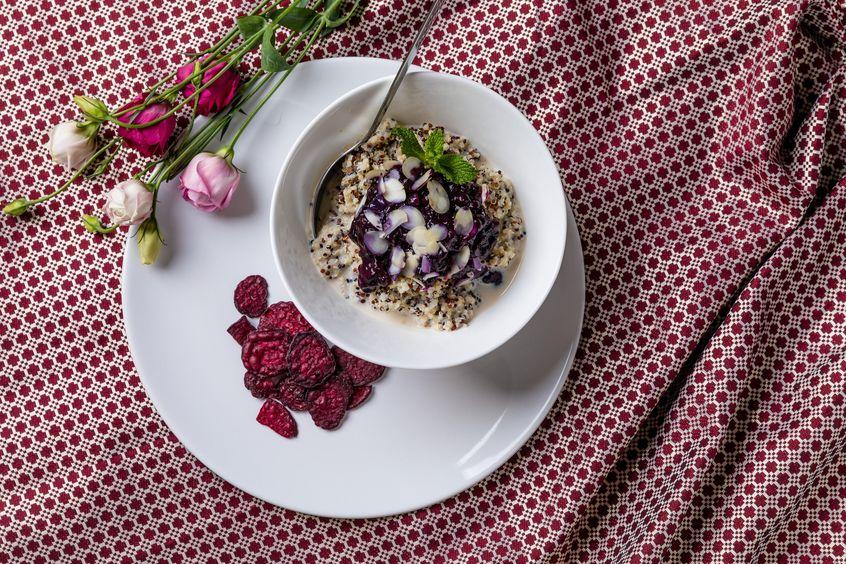 Kasza quinoa na mleku z jagodami, catering LightBox
