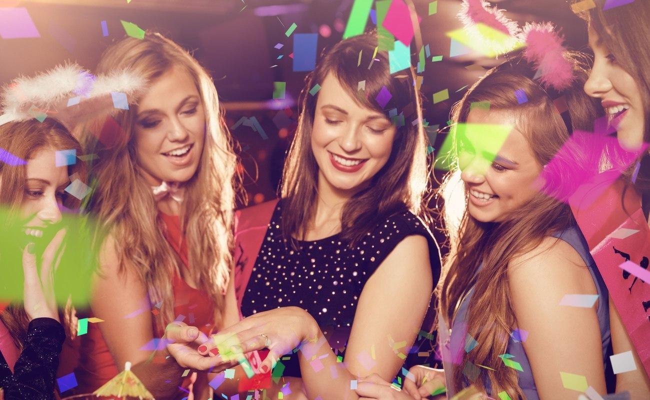 dziewczyny na imprezie jako obrazek do 6 propozycji na wieczór panieński
