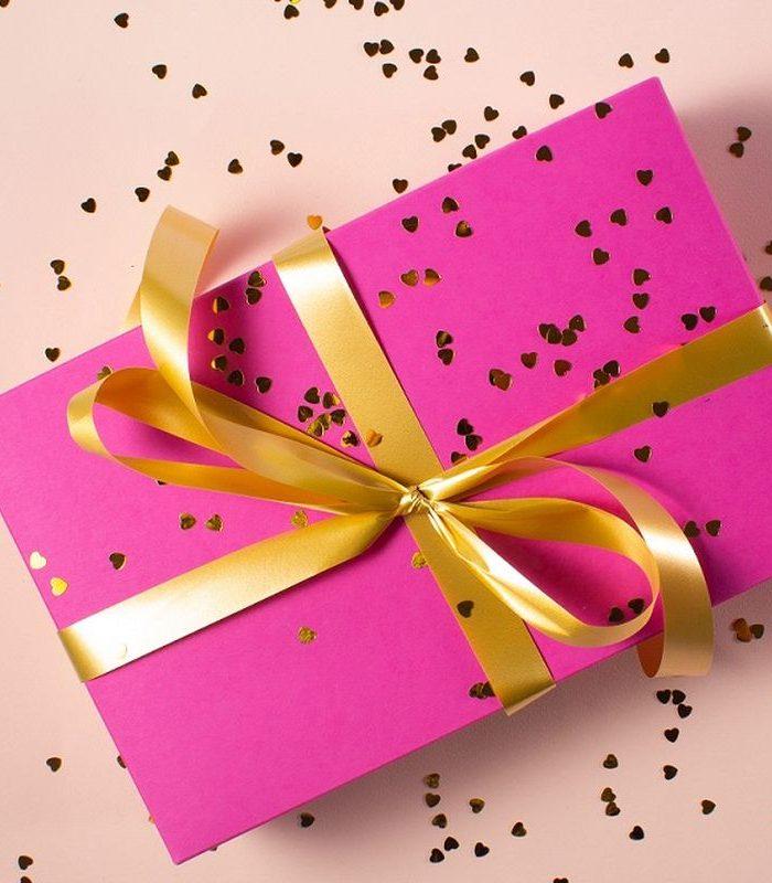 różowe pudełko na prezent przewiązane wstążką