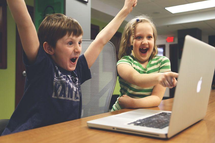 Dzieci grające w gry komputerowe