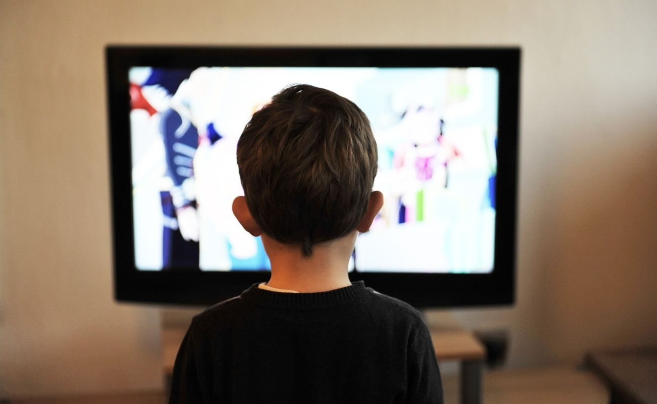 Dziecko na tle telewizora