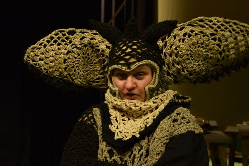 """Do spektaklu """"wyszydełkowano"""" ręcznie wzory dekoracji i kostiumów z 30 kilogramów owczej wełny."""