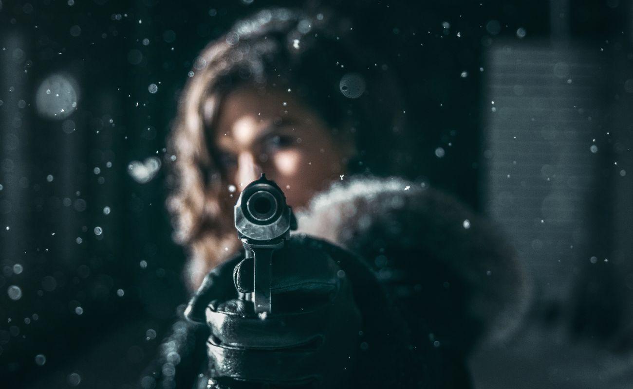 Kobieta z pistoletem jako ilustracja felietonu o relacjach matek z córkami