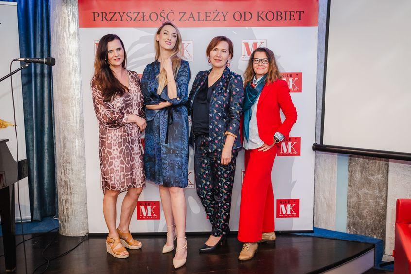 Barbara Fijał, Agna Karasińska, Aneta Pondo (wszystkie w kreacjach Patrizii Aryton) z Agatą Piotrowską / fot. Barbara Bogacka