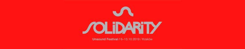 Napis solidarity - Solidarność to dla nas wielowymiarowa kategoria