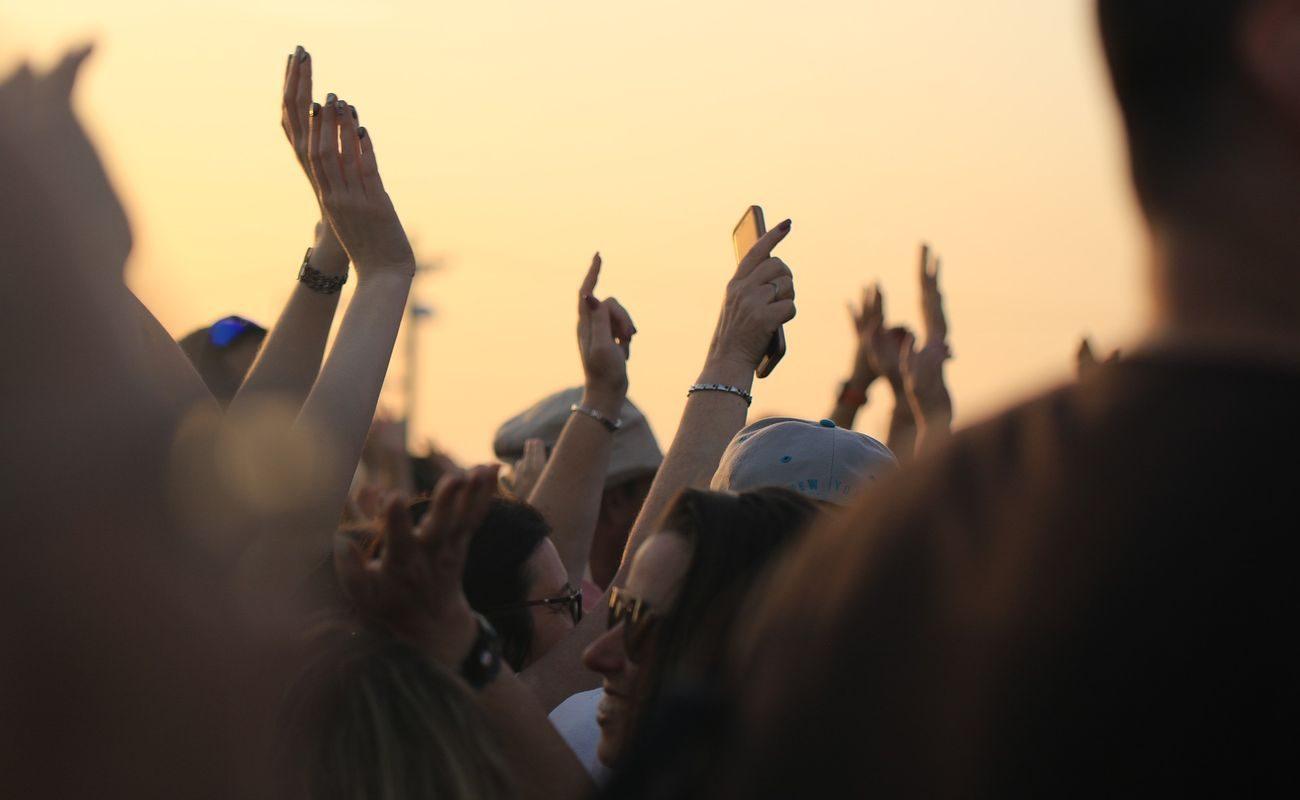 Uniesione ręce ludzi na festiwalu