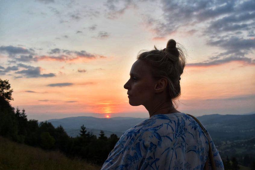 Paulina Holtz na tle zachodzącego słońca