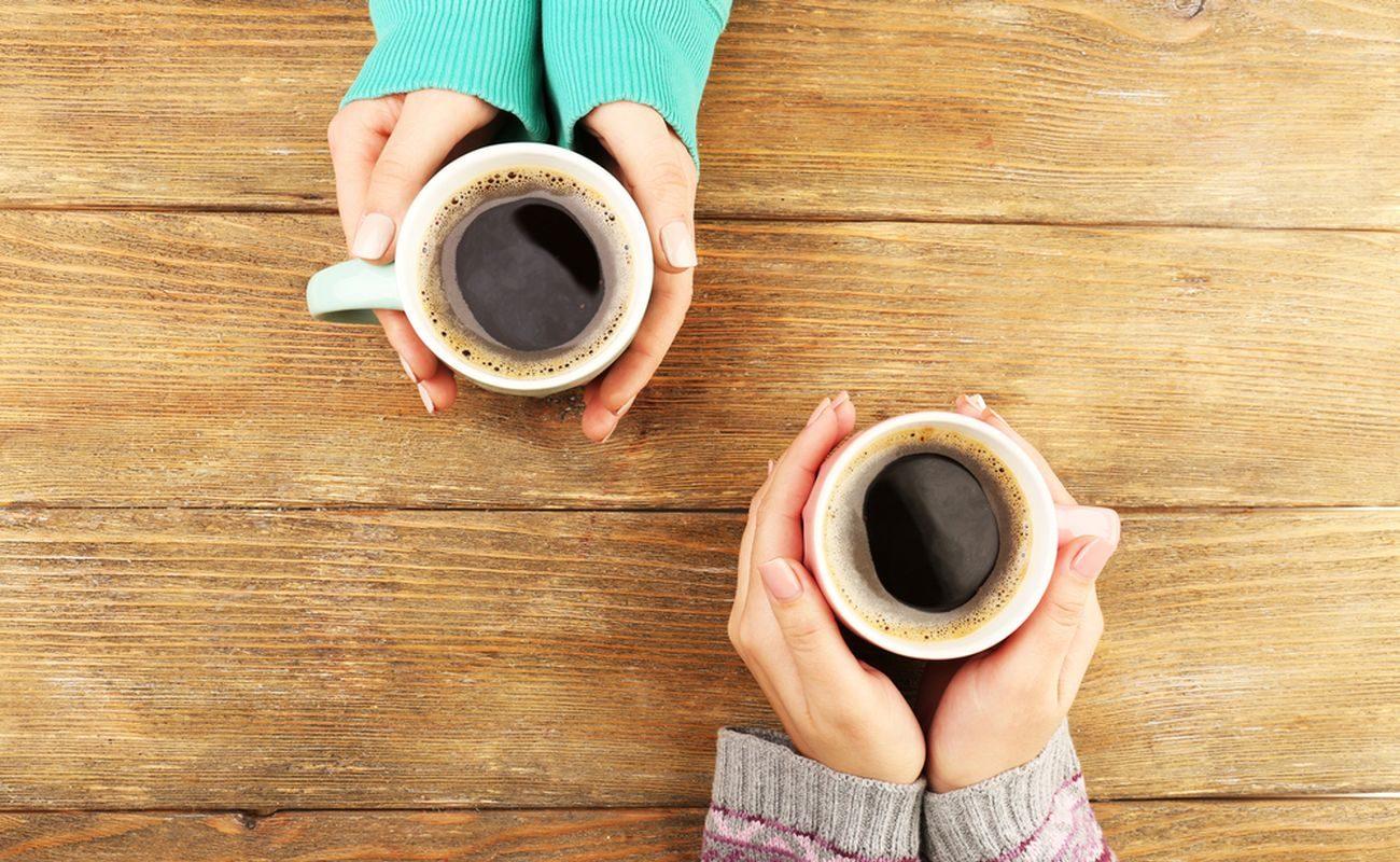 dwa kubki z kawą