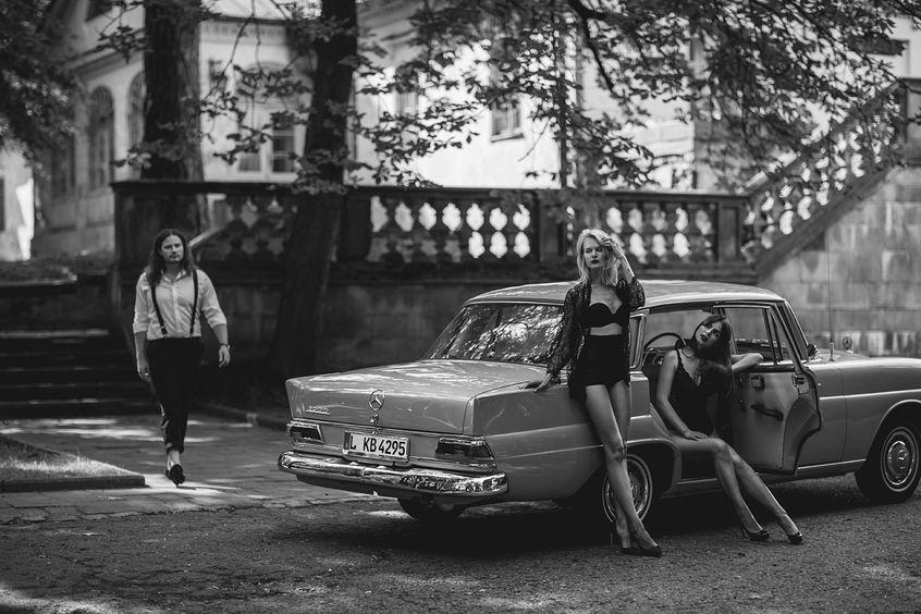 Gdzieś pośrodku pustkowia zatrzymuje się samochód. Wysiadają z niego mężczyźni, którym towarzyszą piękne kobiety.