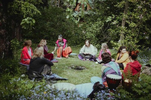 Kobiety siedzące w kręgu wśród drzew