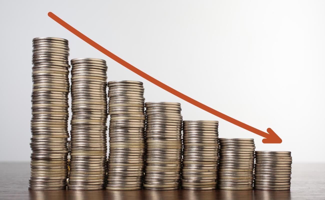 coraz niższe stosy pieniędzy dl a zobrazowania obniżanie kosztów w firmie