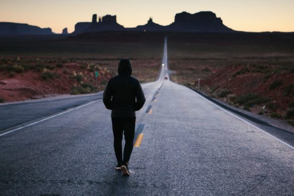 osoba na drodze