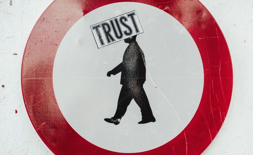 trust, człowiek w czerwonym okręgu