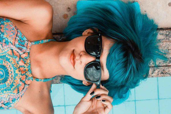 nastolatka z niebieskimi włosami