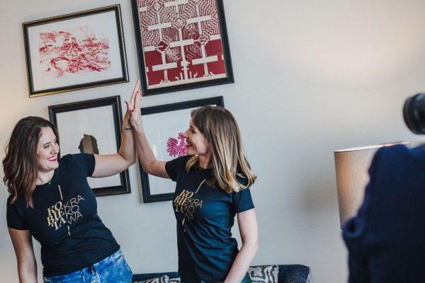 dwie kobiety w koszulkach z napisem kobiety krakowa przybijają sobie piątki